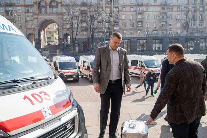 Київ отримав дві експрес-лабораторії для діагностування коронавірусу (фото)