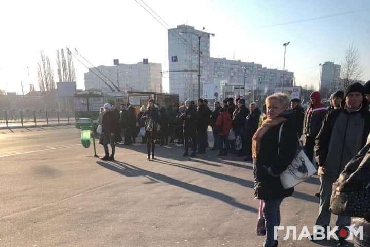 Другий день без метро в Києві: величезні черги на зупинках і розбиті двері тролейбуса (фото, відео)
